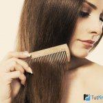 Девушка расчесывает нарощенные волосы